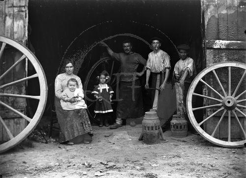 NE025670 Huismes : Portrait dun village français au début du siècle